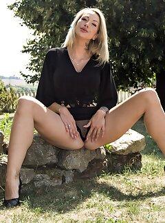 amateur horny blonde girls